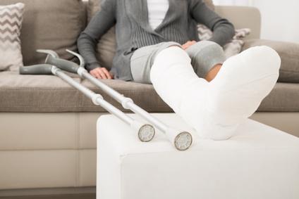 Femme accidentée avec un plâtre à la jambe