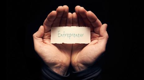 Mains tenant un carton marqué entrepreneur
