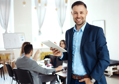 Entrepreneur utilisant sa tablette