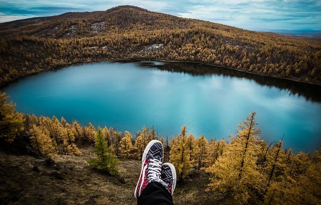 Voyageur près d'un lac