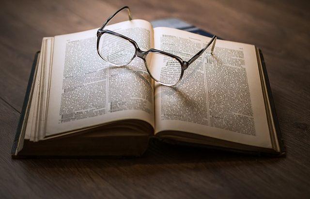 Paire de lunettes posée sur un livre ouvert